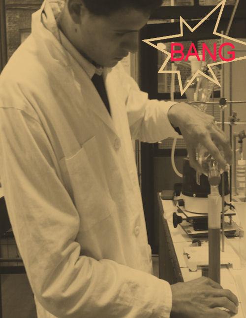 Image de chimiste versant un liquide dans une fiole