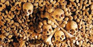 Ossuaire dans les catacombes de Paris